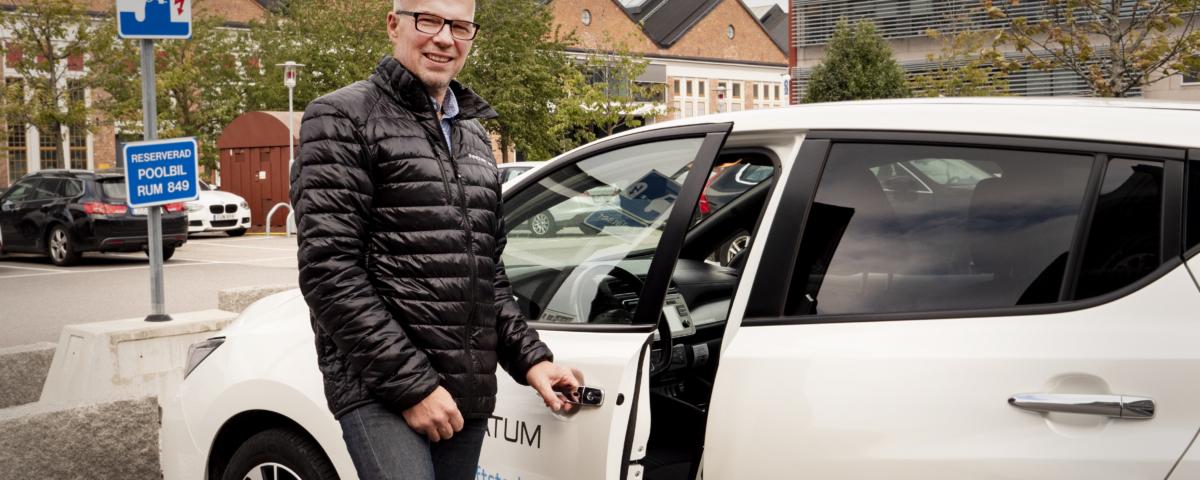 Projektledaren står utanför sin elbil